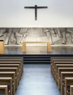 Ambo und Altar in Eiche querfurniert, matt lackiert. Buchstütze in Metall schwarz pulverbeschichtet