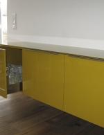 Aufgehängtes Sideboard aus MDF in Hochglanz lackiert RAL 1005. Glasabdeckung in ESG-Ausführung. Blum Vollauszug gebremst in Edelstahl-Ausführung und seitlichen Klarglaseinsätzen
