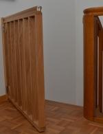 Treppensicherung aus Eiche, seidenmatt lackiert, als Türe angeschlagen, passend zum bestehenden Geländer gefertigt