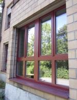 Kunststoff-Fenster mit Aluminium-Vorsatzschale in RAL 3032 perlrubinrot (Aussenansicht)