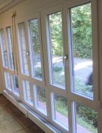 Kunststoff-Fenster mit Aluminium-Vorsatzschale in RAL 3032 perlrubinrot (Innenansicht)